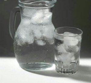 مضرات خوردن آب سرد