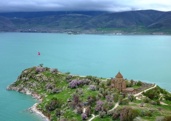 دریاچه وان یکی از زیباترین جاذبه های کشور ترکیه