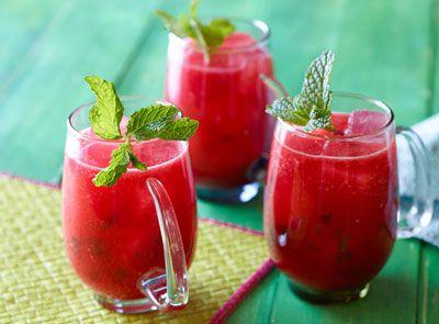 تهیه نوشیدنی هندوانه در گرما تابستان