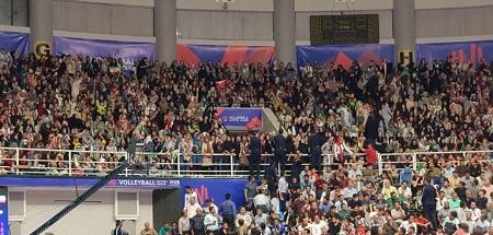 عکس حضور بانوان در بازی والیبال ایران و لهستان